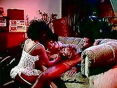 Retro afrogirl helps ladies