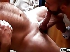 Two bodybuilders fuck bareback