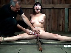 A spreader bar is all it takes to lay Nyssa out and keep her legs opened wide. An old dental gag...