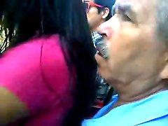 Tiozinho encoxa uma gostosa - Grandpa enjoying the girl ass