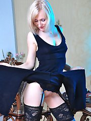 Sex-starving babe in lush black wide lace top stockings using a jelly toy