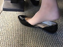 Unbiased US University teenager Shoeplay Toes suspending in