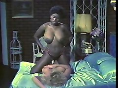 Ebony Ayes and Samantha Strong kissing