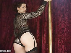 Vixxen Goddess has been going to the club all week to check out her favorite dancer, Ingrid...