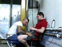 Muscly top gets bj from tattooed bottom