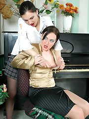 Upskirt pianist ready for frenetic nylon game with sexy gal in shiny tights