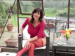 Super hot mature mother aka MILF shows gorgeous body