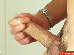 Delivery guy hetero gets filmed horny in a shower by a client for money !