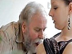 старик трахается молодой служанкой лесбиянки