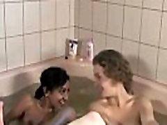 Bath time for interracial Aussie lesbian amatuers