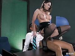 Sex-toy Jennifer Dark feeds her hunger for big cock