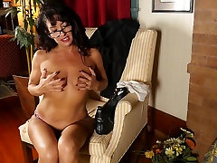 Mature mom with small tits stuffs her pussy