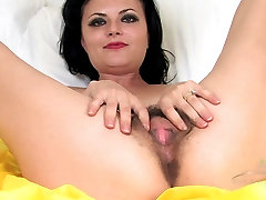 Mature hairy Vivienne squirts on the bed
