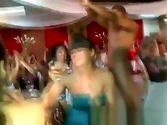 sexo al ritmo del dancehall party girls suck and spank