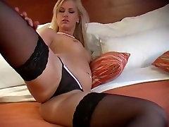 Loira Acordando e fazendo um striptease
