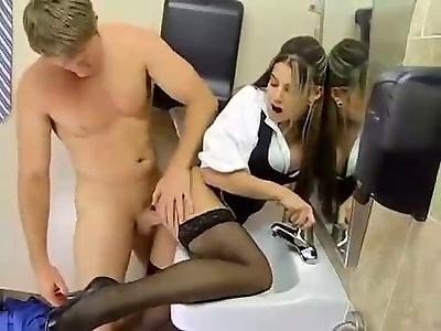 kak-ebut-porno-video-trahnul-sekretarshu-v-tualete-ofisa-popal-anal