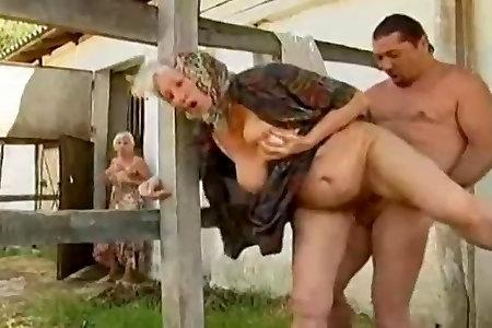 ебет жену фермера смотреть секс